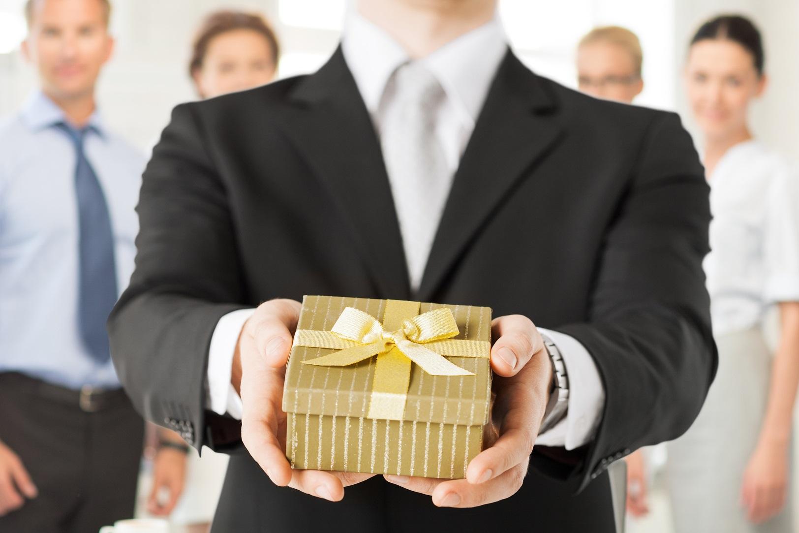 Сотрудник имеет право принимать или вручать подарки