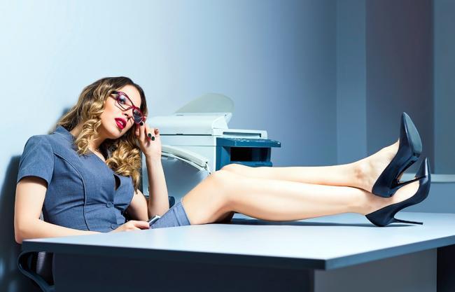 фото жена на работе с коллегой на столе