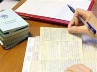 Работник ставит подпись в трудовой книжке