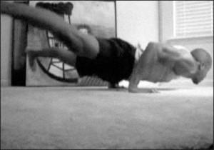 Отжимание в горизонтальном упоре ногами врозь